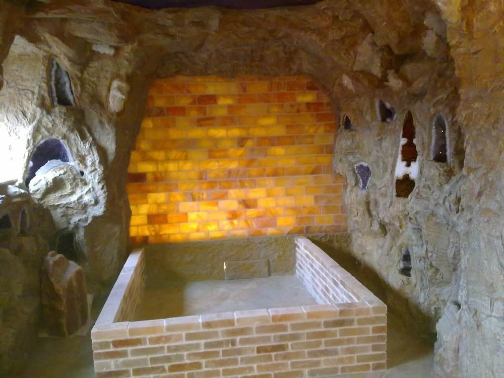 Grotten aus Salzsteinen und Kunstfelsen