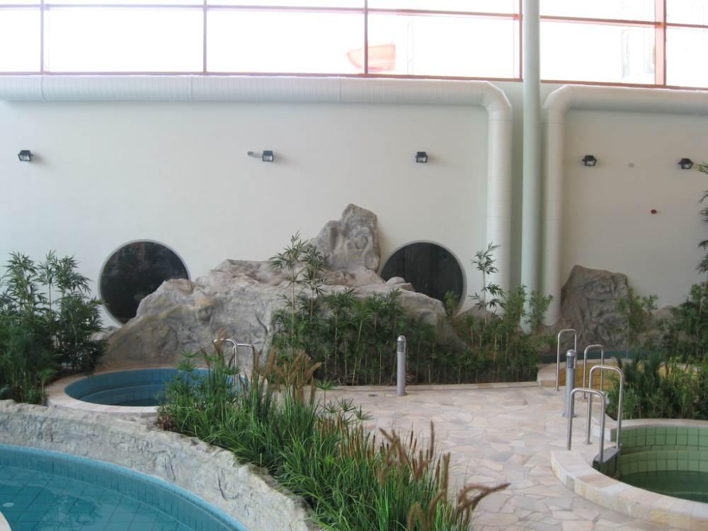 Schwimmbad aus Kunstfelsen